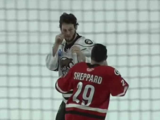 AHL:ssä nähtiin raju tappelu viime yönä, kun Hershey Bearsin hyökkääjäKale Kessyjouduttiin kantamaan pois kaukalosta paareilla.