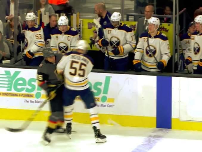 NHL-kovanaama Ryan Reaves erehtyi taklaamaan Rasmus Ristolaista ja löysi itsensä jään pinnasta.