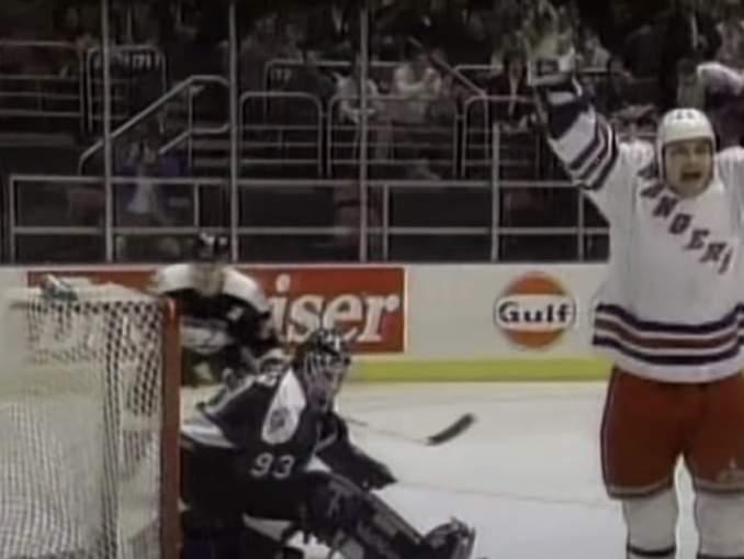 Esa Tikkanen yritti pussata vastustajaa monen monta kertaa NHL-urallaan ja myös onnistui siinä.