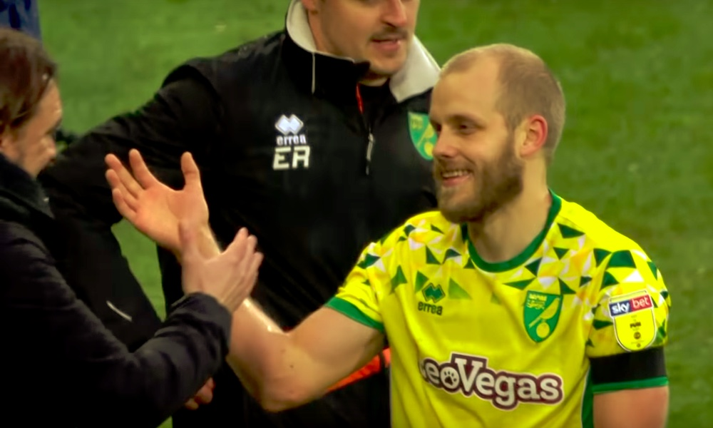 Norwich-luotsi pysyy seurassa, vaikka joukkue tippuisikin Valioliigasta takaisin mestaruussarjaan, kertoo seuran urheilupomo Stuart Webber.