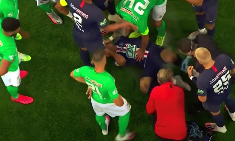 PSG:n Kylian Mbappé loukkaantui törkytaklauksen seurauksena Ranskan Cupin finaalissa St. Etienneä vastaan.