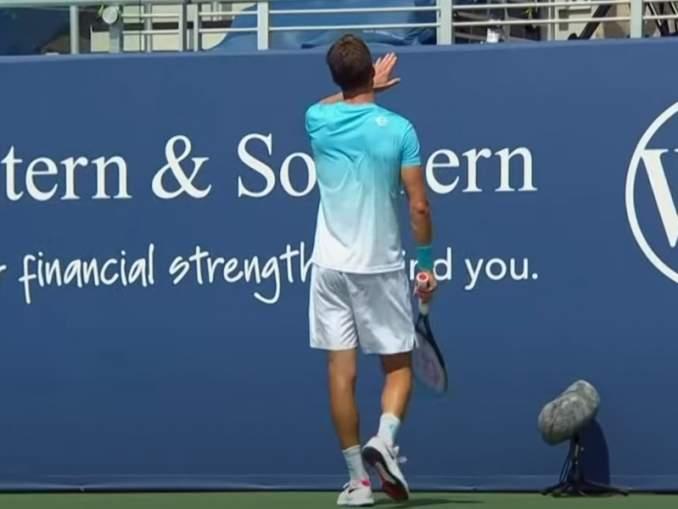 Aljaz Bedene ampui pallolla kameramiestä, kun hän kohtasi Cincinnatian ATP-turnauksen toisella kierroksella Daniil Medvedevin.