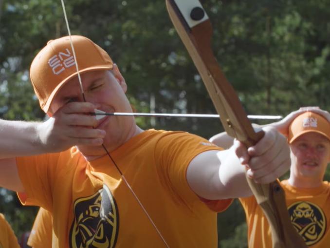 """VIDEO: ENCE kokeili jousiammuntaa - """"Missäs ne karhut on?""""   Urheiluvedot.com"""