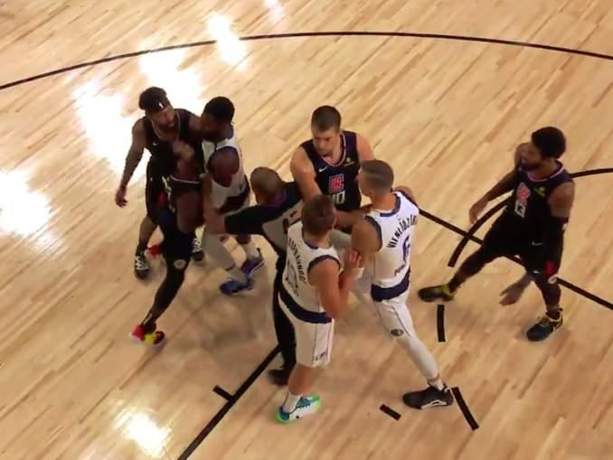 NBA:n pudotuspeleissä nähtiin käsittämätön suihkukomennus, kun Dallas Mavericksin Kristaps Porzingis ajettiin suihkuun ottelussa Los Angeles Clippersiä vastaan.