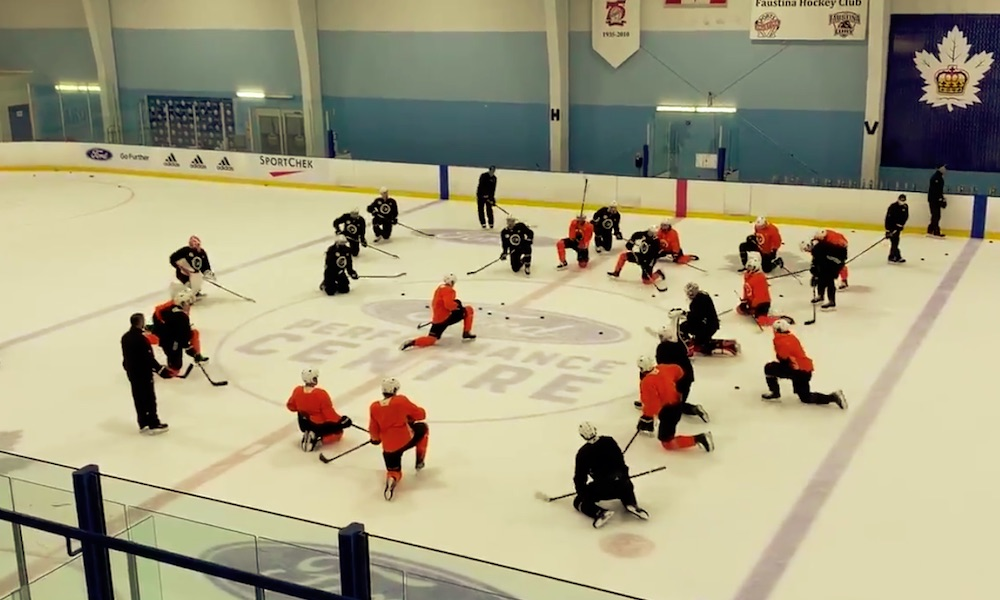 Oskar Lindblom liittyi Flyersin matkaan ja sai joukkuekavereiltaan sen mukaisen reaktion harjoituksissa.