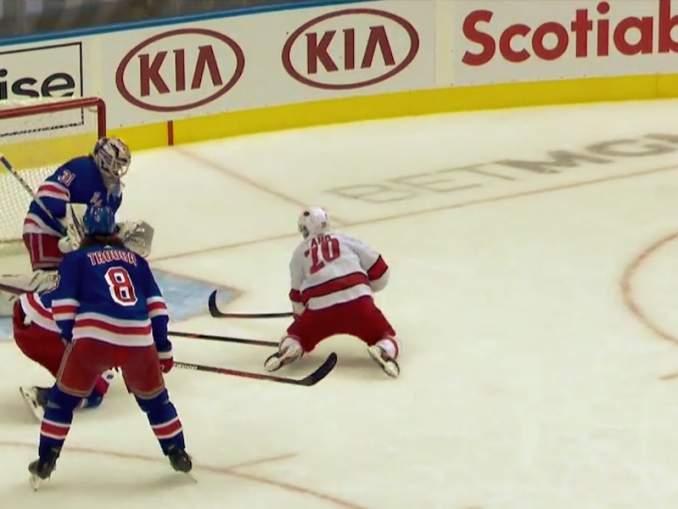 Sebastian Aho teki huikean soolomaalin ratkaisevaksi muodostuneessa Play In -ottelusarjan kolmannessa ottelussa New York Rangersia vastaan.