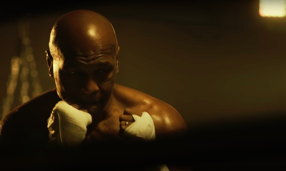 Mike Tyson tuli kehään tosissaan ja dominoi Roy Jones Jr.:a vastaan!